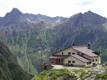 rifugio alpino con bandiera