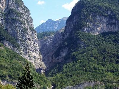 sullo sfondo la diga del Vajont